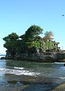 Wer schon einmal Bilder von Bali gesehen hat wird bestimmt auch Bilder des Pura Tanah Lot gesehen haben